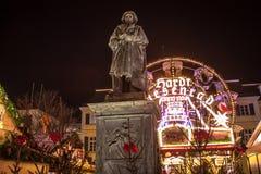 贝多芬雕象和圣诞节市场 免版税库存图片