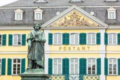 贝多芬雕象和波恩主要邮局 免版税库存照片