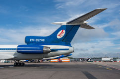 多莫杰多沃机场,莫斯科- 2015年7月11日, :图波列夫Tu154M Belavia航空公司EW-85748 :有喷气机引擎和安定器的尾巴 免版税图库摄影