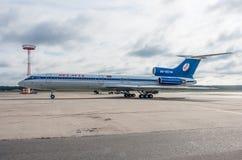 多莫杰多沃机场,莫斯科- 2015年7月11日, :图波列夫Tu154M Belavia航空公司EW-85748  库存照片