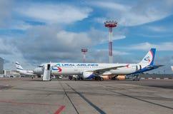多莫杰多沃机场,莫斯科- 2015年7月11日, :空中客车A321乌拉尔航空公司VP-BVP  免版税图库摄影