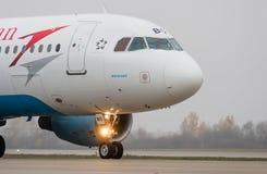 多莫杰多沃机场,莫斯科- 2015年10月25日, :空中客车A320奥地利航空OE-LBQ  免版税库存图片