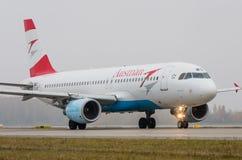 多莫杰多沃机场,莫斯科- 2015年10月25日, :空中客车A320奥地利航空OE-LBQ  免版税库存照片