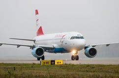 多莫杰多沃机场,莫斯科- 2015年10月25日, :空中客车A320奥地利航空OE-LBQ  图库摄影