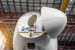 多谱勒仪的气象雷达在航空器的鼻子下从驾驶舱的 免版税库存图片