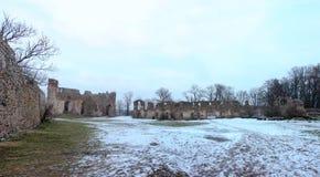 多贝莱城堡废墟在冬天 免版税图库摄影