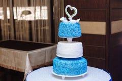 多重婚宴喜饼 在白色和蓝色颜色的甜点 库存图片