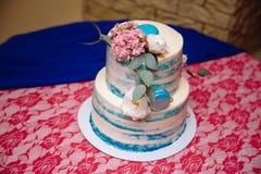 多重婚宴喜饼 在白色和蓝色颜色的甜点 库存照片