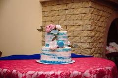 多重婚宴喜饼 在白色和蓝色颜色的甜点 免版税库存照片