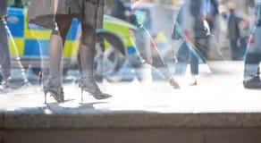 多重曝光 走的人的脚在市伦敦 现代生活概念 伦敦 免版税库存图片