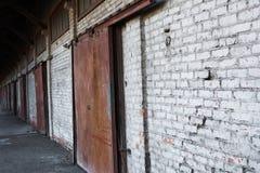 多门车库在工业区 库存图片