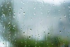多雨下落抽象背景在窗口的 免版税库存图片