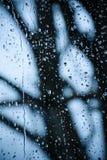 多雨下落抽象背景在窗口的 图库摄影