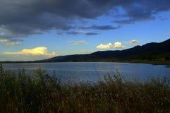 多雨云彩Rhodopes山湖 免版税库存照片