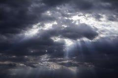 多雨和风雨如磐在黑暗的云彩 免版税库存照片