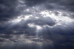 多雨和风雨如磐在黑暗的云彩 免版税库存图片