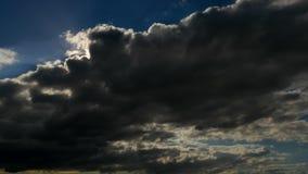 多雨在天空时间间隔的积云乌云 股票录像