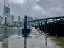 多雨城市渡船码头 免版税库存图片