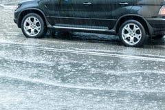 多雨天气在城市 在湿街道路的汽车 免版税库存图片