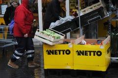 多雨天气的食物顾客在内托食品批发市场 免版税图库摄影