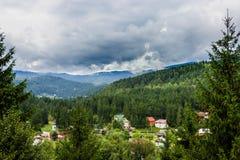多雨天空和小山 免版税库存照片
