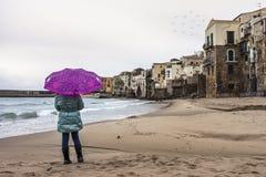 多雨海滩的日 免版税库存照片