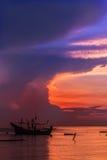 多雨渔夫泰国的天空和生计的日出海  免版税库存照片