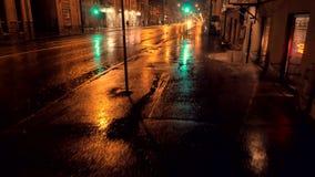 多雨的晚上 绿灯红色业务量黄色 多雨城市的晚上 红绿灯的反射 股票录像