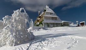 多雪小屋的山 免版税库存图片