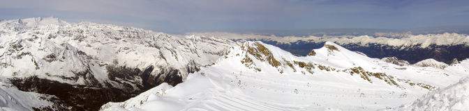 多雪山的全景 免版税库存图片