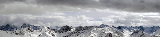 多雪山的全景 免版税库存照片
