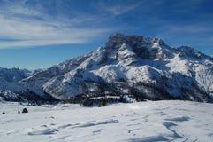 多雪山的全景 库存照片