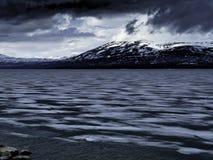 多雪山的海运 库存图片