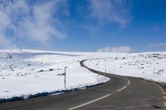 多雪山的路 免版税图库摄影