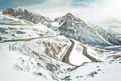 多雪山的路 免版税库存图片