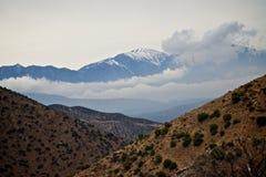 多雪沙漠的山 库存照片