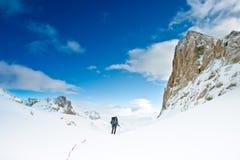 多雪登山人的山 免版税库存图片