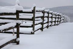 多雪的冬天畜栏的全景 免版税库存照片