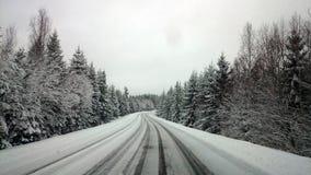 多雪的冬天路的看法 免版税库存照片