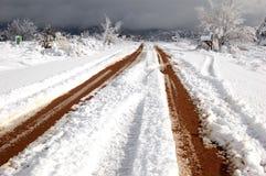 多雪的土路 免版税库存照片