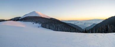 多雪的在日落的冬天喀尔巴阡山脉全景  库存图片