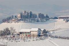 多雪的小山的农村房子在意大利 库存图片