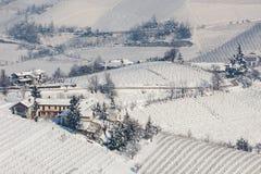 多雪的小山的农村房子 库存照片