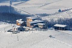 多雪的小山的小小村庄 免版税库存照片