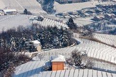 多雪的小山的小屋在意大利 库存照片