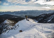 多雪的小山的挡雪板 库存图片