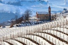 多雪的小山的教区教堂 免版税图库摄影