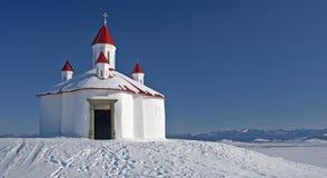 多雪的小山的教堂 免版税图库摄影