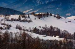 多雪的小山的村庄在冬天 库存图片