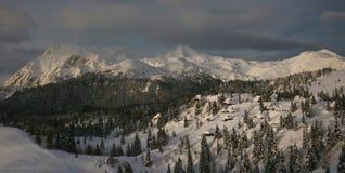 多雪的小山 免版税图库摄影
